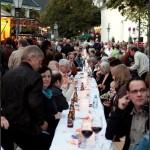 Essen und trinken am langen Tisch